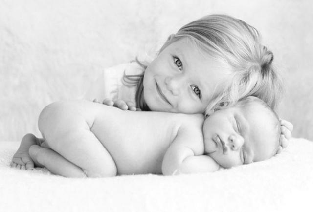 a-fotografa-conseguiu-captar-toda-ternura-do-momento-expressa-no-olhar-e-no-sorriso-da-irma-mais-velha-feliz-com-o-nascimento-do-bebe-a-interacao-entre-os-irmaos-e-a-chave-para-um-1446226007443_736x50